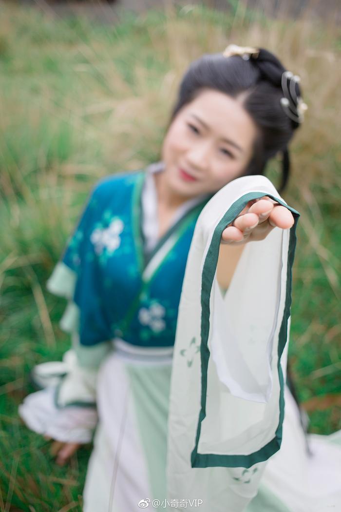 绿色服装,绿草地,绿色好心情